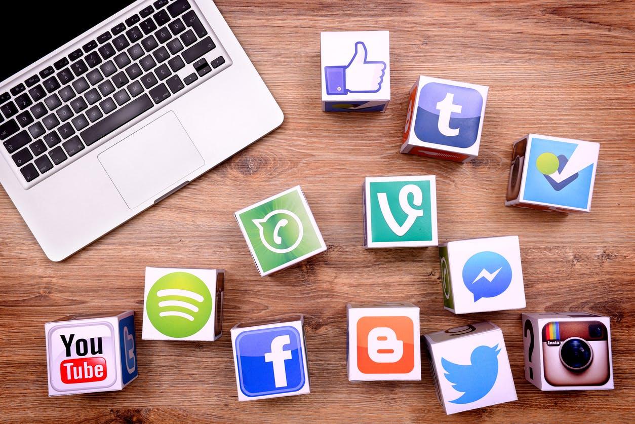 Memanfaatkan sosial media sebagai ilustrasi
